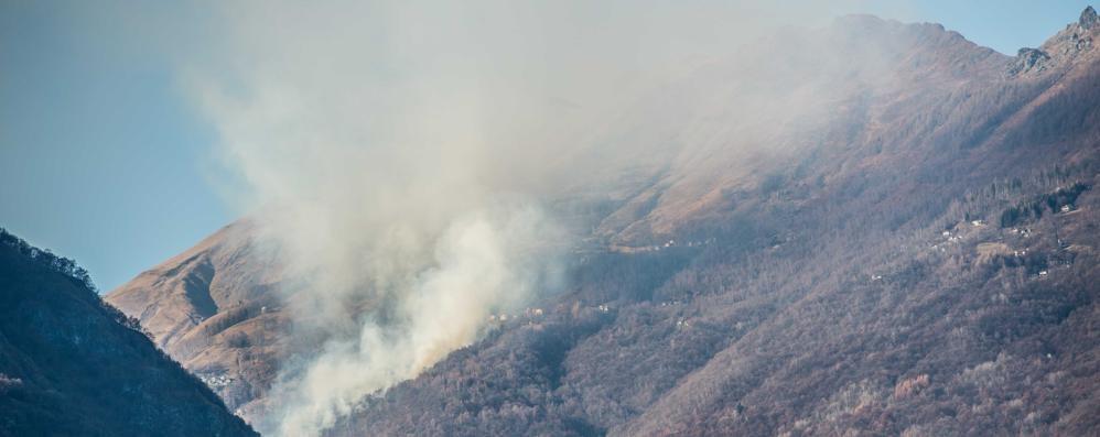 Garzeno, bruciati 30 ettari di bosco Impegnati due elicotteri e 40 volontari