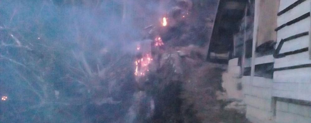 Garzeno, il bosco brucia ancora Le fiamme minacciano i casolari