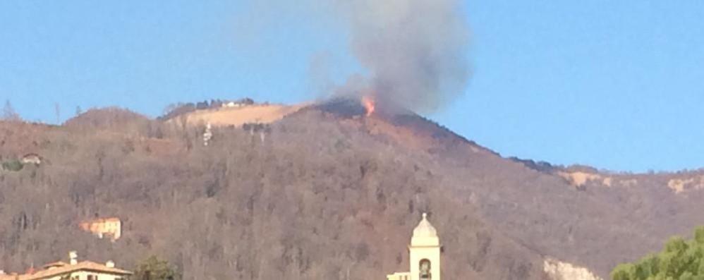 Albavilla, brucia il Bolettone  Il vento in quota alimenta le fiamme