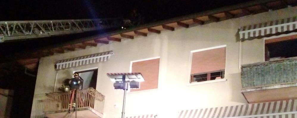 Dongo, palazzina con tetto in fiamme Paura nella notte in via Regina