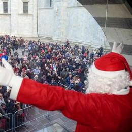Balocchi, in piazza centinaia di bimbi per l'arrivo di Babbo Natale