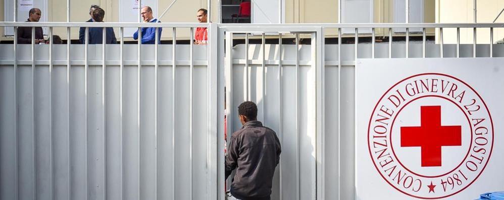 Migranti, ogni notte 50 fuori dal centro Il dormitorio Caritas aprirà anche per loro?