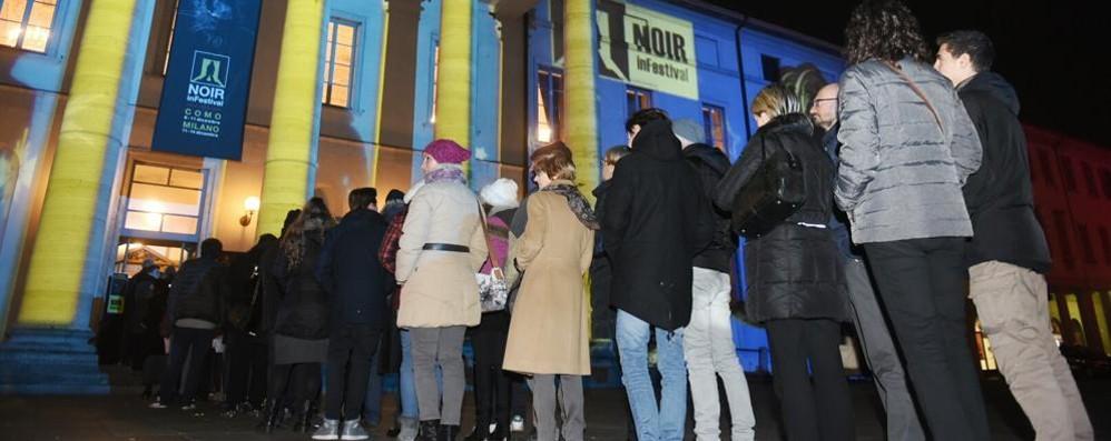 Coda davanti al Teatro Sociale Tutto esaurito per Saviano