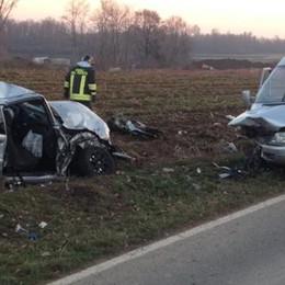 Frontale tra auto e pulmino  Quattro feriti a Bregnano