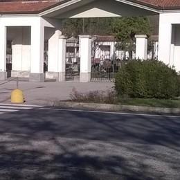 Carugo: apre l'auto, via con la borsa  Scippata fuori dal cimitero