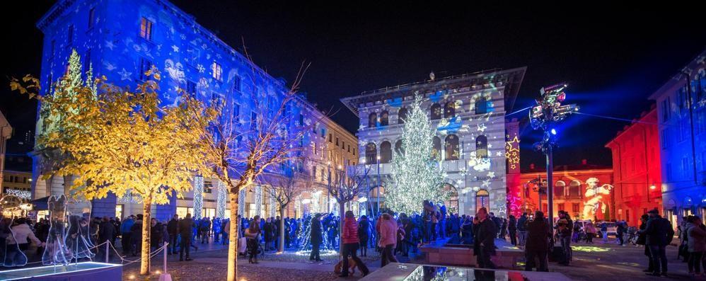 Città dei Balocchi, l'albero e gli angeli  accendono  il Natale dei comaschi