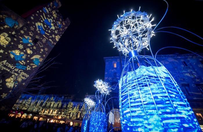 L'accensione albero di Natale in piazza Grimoldi e gli angeli realizzati dagli alunni del Setificio