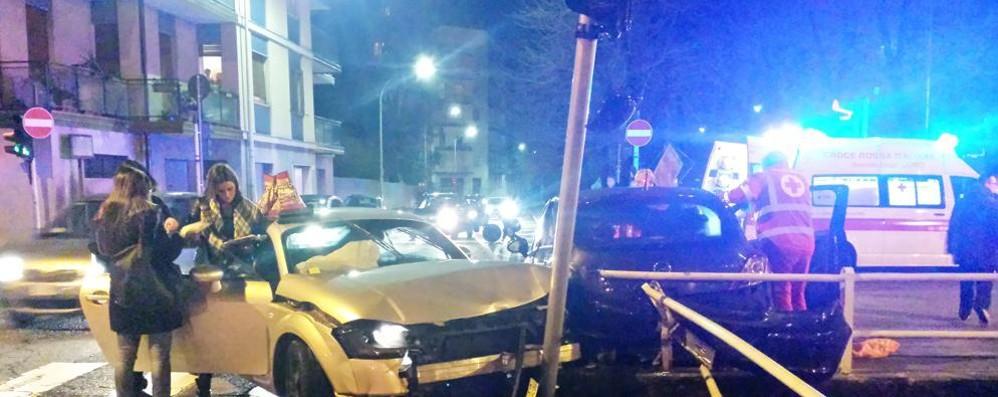 Como, scontro al semaforo Il video dell'incidente