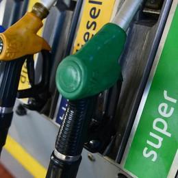 Carburanti: nuova raffica di ribassi per la benzina