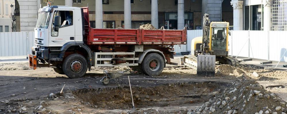 Como, spuntano i reperti: stop ai lavori per la nuova piazza Grimoldi