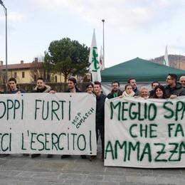 «Troppi furti, serve l'esercito»  La Lega in piazza ad Albate