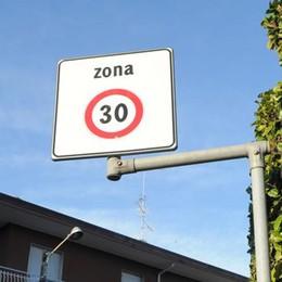 Lora va piano, il limite scende a 30 all'ora  I residenti: «Troppi non lo rispettano»