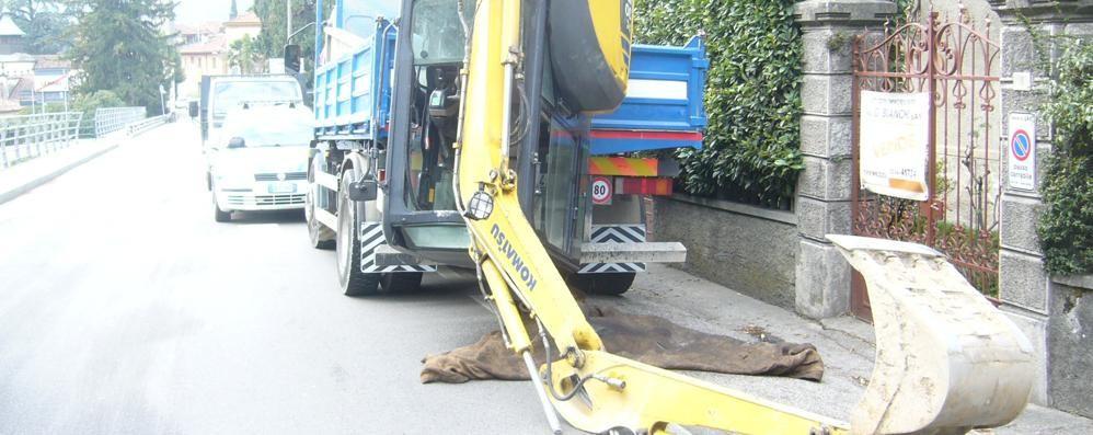 Perde l'escavatore al ponte  Traffico paralizzato a Lenno