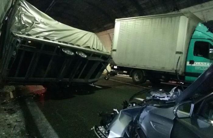 Un'altra immagine dello spettacolare incidente in galleria