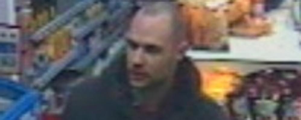 Assalto al negozio Piccadilly  Ecco le foto del rapinatore
