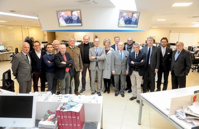Alcuni dei partecipanti fotografati prima dell'inizio del forum nella redazione del giornale