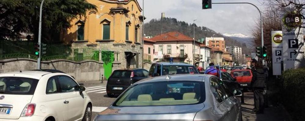 Malore e incidente, caos in via Paoli
