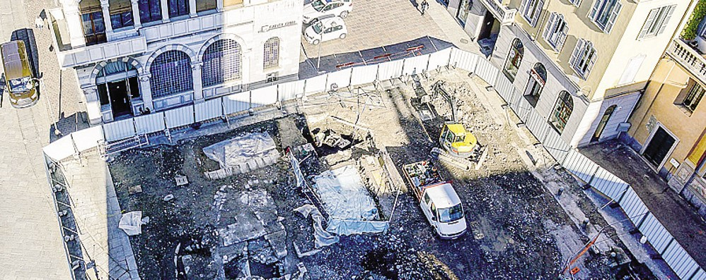 Como, piazza Grimoldi  Un vetro per i reperti?  Il dibattito sui social