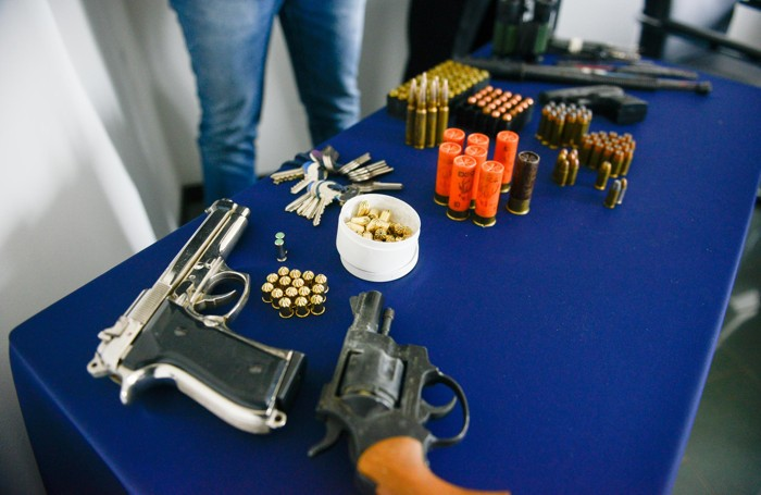 Le pistole scacciacani sequestrate a casa di uno dei due indagati