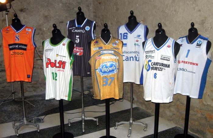 Le divise del Basket Cantù nell'ex chiesa di Sant'Ambrogio (Bartesaghi)