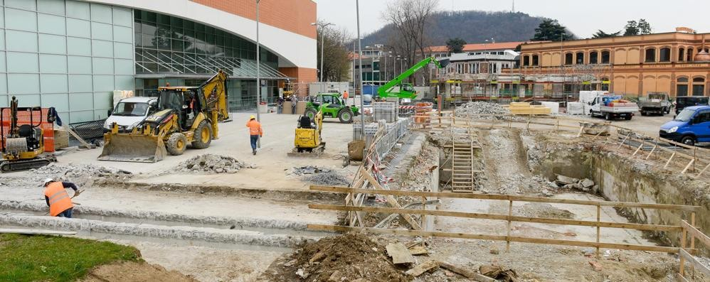 Trevitex, lavori per la piazza  Ma il super aprirà tra due mesi
