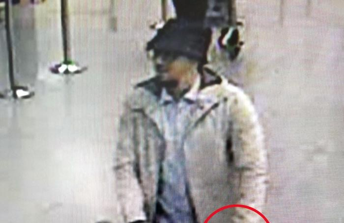 Bruxelles: l'uomo sospettato di essere l'artificiere del gruppo di estremisti islamici è ancora libero