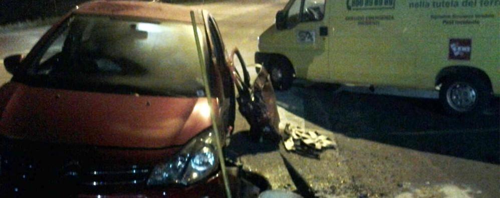 Auto vola nel fossato  Due feriti a Carimate