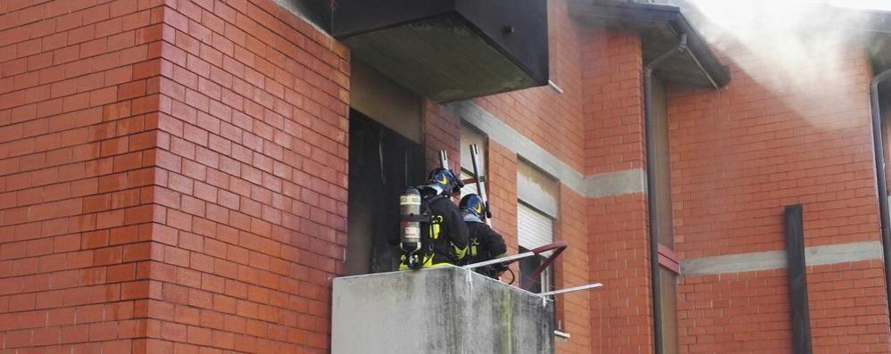 Corto circuito in camera da letto San Fermo, incendio in appartamento