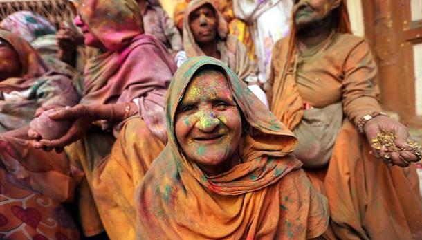 India: bombe acqua e colori per Holi