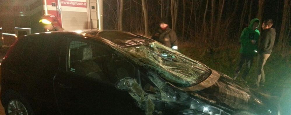 Bulgarograsso, auto si ribalta  Intervengono i vigili del fuoco