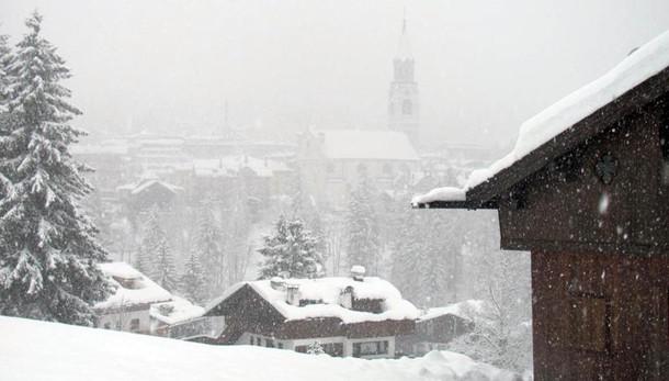 A Cortina tuoni e neve, auto bloccate