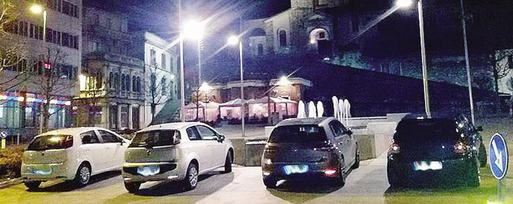 Sosta selvaggia in piazza a Cantù  L'isola pedonale posteggio by night