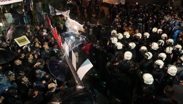 Turchia: barricate polizia in sede Zaman