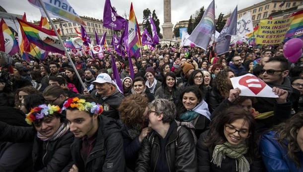 Unioni civili, migliaia in piazza a Roma