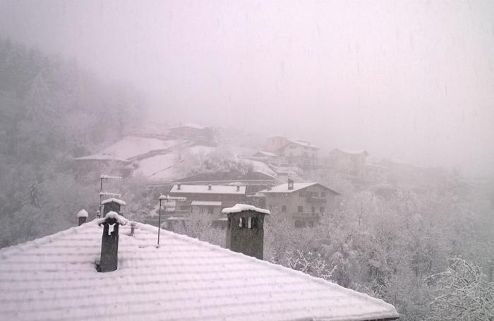 Un'immagine di Schignano scattata questa mattina poco dopo le 8 (Foto Palumbo)
