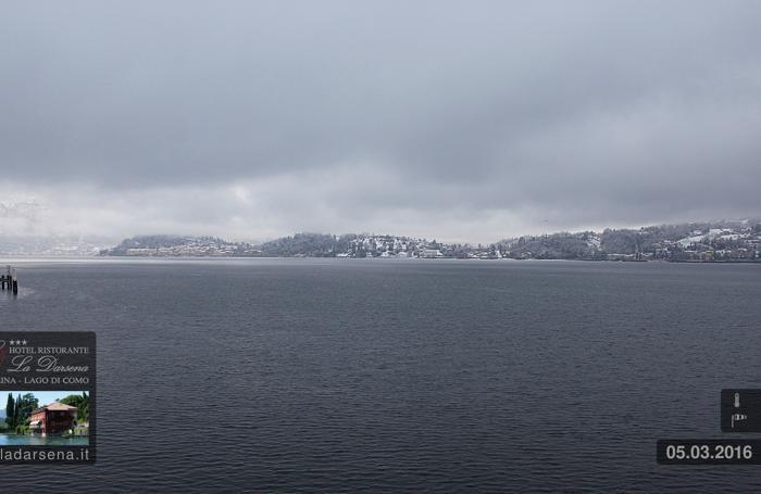 La nevicata in centro lago. Immagine dalla webcam del ristorante La Darsena, Tremezzo