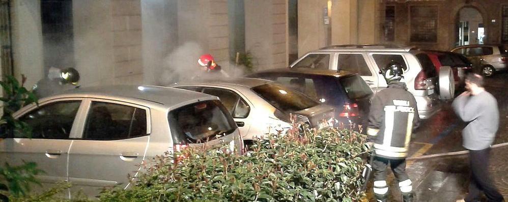 Asso, auto in fiamme   E il mistero dei garofani