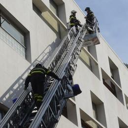Como, lastroni pericolanti alla Casa del fascio: arrivano i Vigili del fuoco
