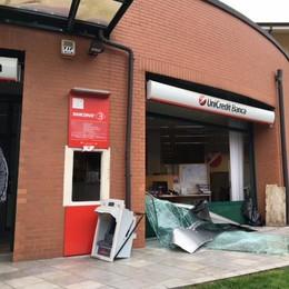 Ladri sfondano la vetrina  e portano via il Bancomat