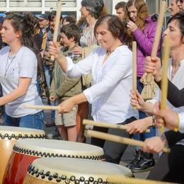 Como, spettacolo in piazza Verdi     Ecco il video dello show  con i cento tamburi