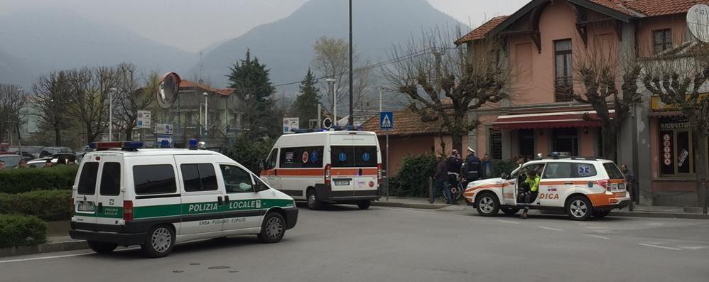 Rissa in piazza ad Erba Ambulanza e vigili in stazione