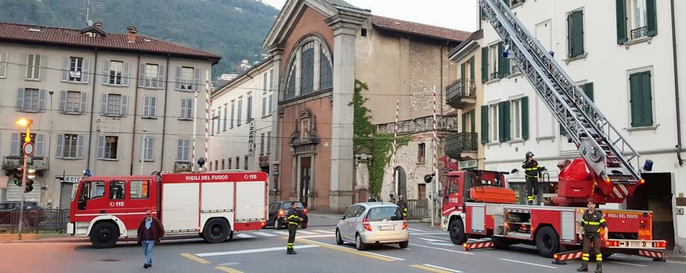 Cornicione pericolante in centro Vigili del fuoco in azione sul Girone