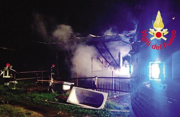 Circa 20 uomini dei Vigili del fuoco sono intervenuti per spegnere l'incendio