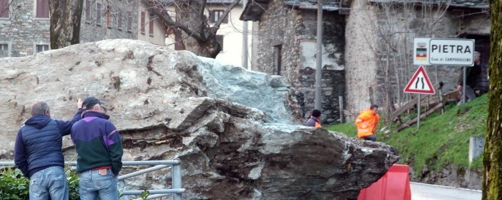 Masso sulla strada a Campodolcino  Riaperta la statale 36