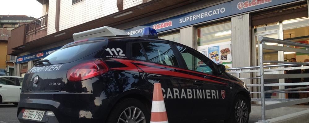 Rapina con la pistola al market  Banditi fotografati a Cantù