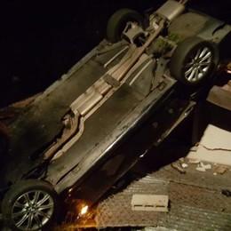 Cremia, auto vola sul tetto della casa  Ferite lievi per i quattro occupanti