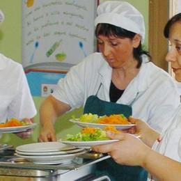 """Nelle scuole di Como  la """"crociata"""" delle mamme  «Via l'insalata dal menù»"""
