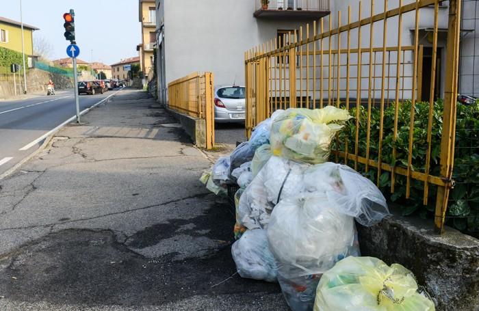 Como sacchi della raccolta differenziata non raccolti ad Albate