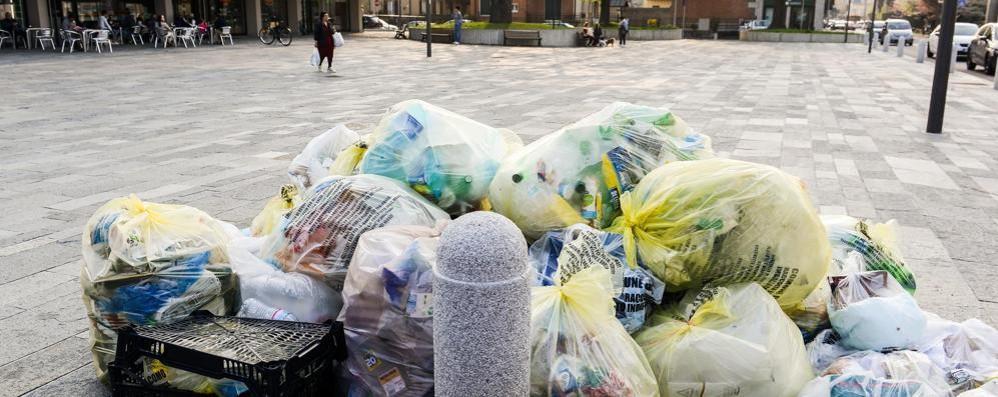 Sciopero nel pubblico impiego  Montagne di rifiuti in strada