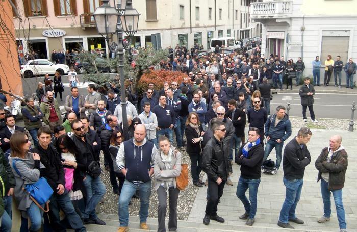 La folla fuori dalla chiesa e nelle vie vicine